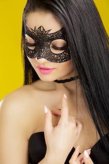 黒いレースのマスクを着た美しい官能的な女性のポートレート。ベネチアン マスクでセクシーな女性