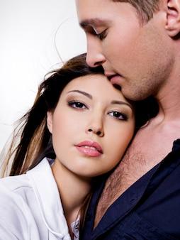 美しい性的なカップルのポーズの肖像画