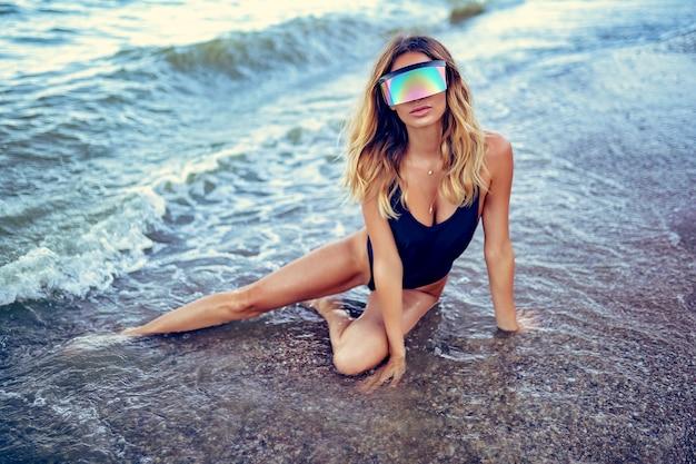 Портрет красивой сексуальной кавказской загорелой женщины в солнцезащитных очках