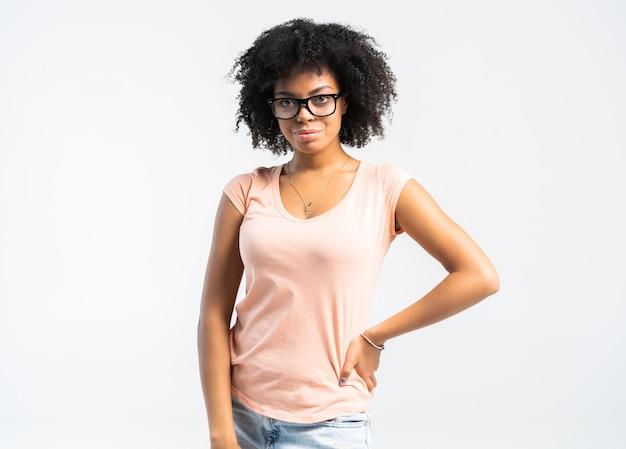 안경에 아름 다운 미소 흑인 여자의 초상화입니다.