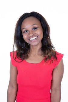 Портрет красивой улыбающейся негритянки с свежим лицом