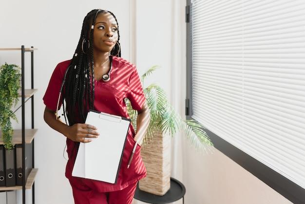 아름 다운 미소 여성 아프리카 계 미국인 의사의 초상화