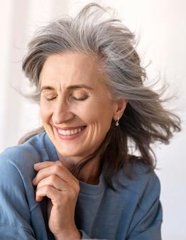 Портрет красивой улыбающейся пожилой женщины