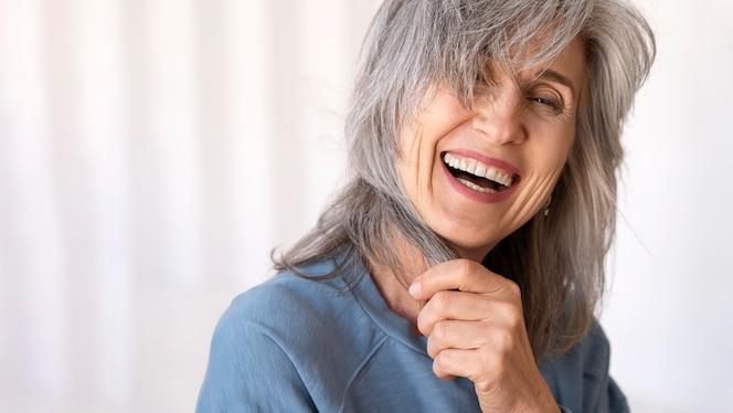 아름 다운 웃는 노부인의 초상화