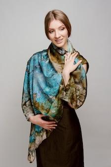 カラフルなシルクのショールと美しい笑顔の女性のポートレート