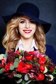 花と美しい笑顔の女性の肖像画