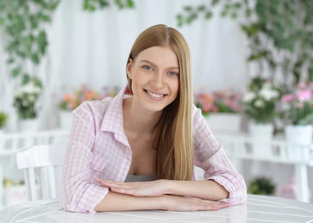 深い青色の目を持つ美しい笑顔の若い女性の肖像画