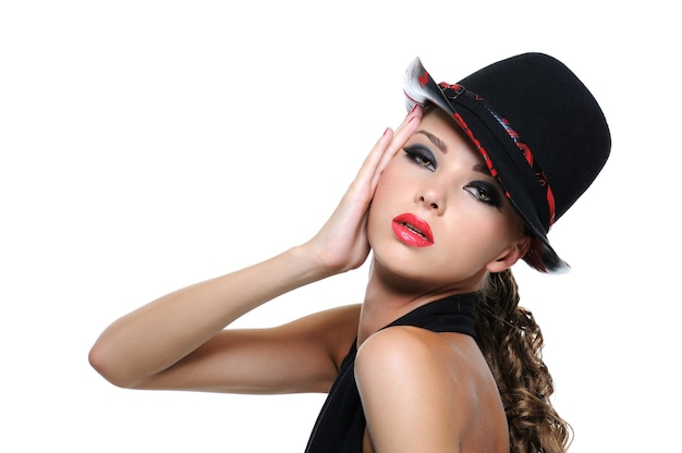 明るいメイクとグラマー帽子の美しい壮大な女性の肖像画
