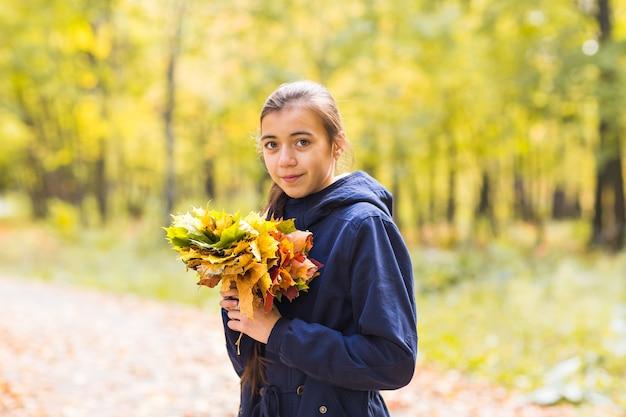 紅葉の美しい十代の少女の肖像画