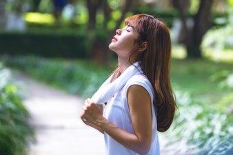 晴れた日に公園でジョギングした後に休む美しい十代の女性の肖像画