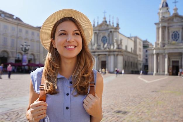 イタリア、トリノのサンカルロ広場の美しい観光客の女性の肖像画。イタリアのトリノのランドマークを持つ旅行者の女の子。