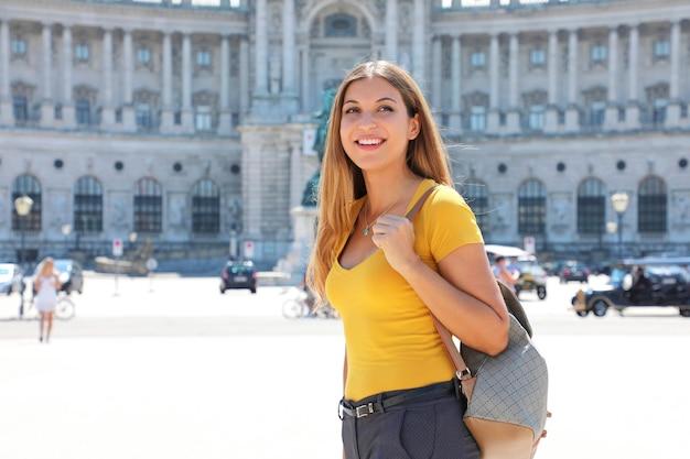 Портрет красивой туристической женщины в вене с императорским дворцом