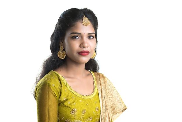 화이트에 포즈를 취하는 아름 다운 전통적인 인도 여자의 초상화.