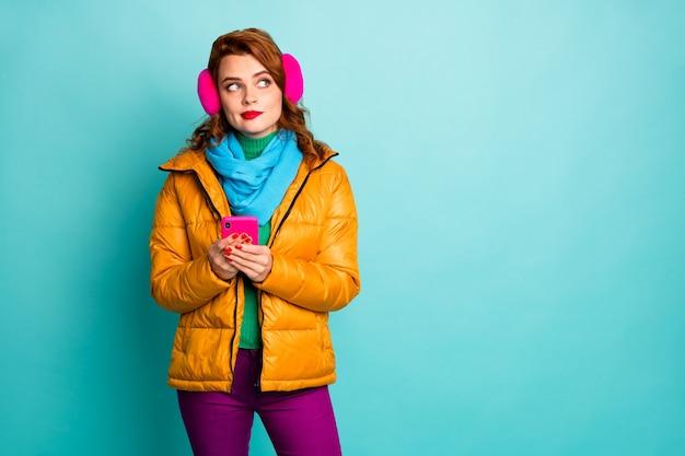 아름다운 여행자 아가씨 보류 전화 모습 측면 빈 공간의 초상화는 새로운 게시물 착용 캐주얼 노란색 외투 보라색 바지에 대한 아이디어를 가지고 있습니다.
