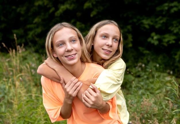 아름다운 쌍둥이 자매의 초상화