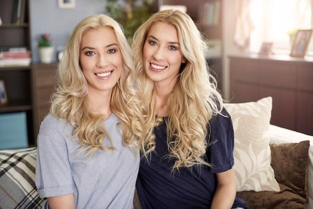 自宅で美しい双子の肖像画