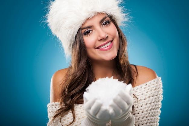 눈덩이와 아름 다운 겨울 여자의 초상화