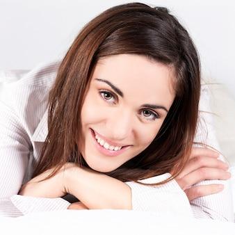 Портрет красивой женщины в одиночестве на диване