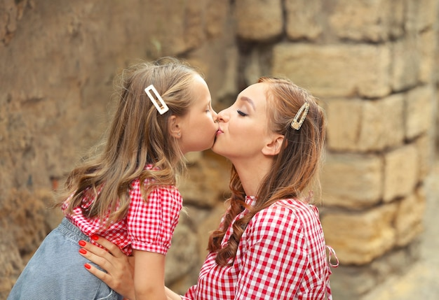 아름 다운 여자와 그녀의 작은 딸 야외의 초상화