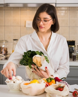 Портрет красивой женщины, устраивая продукты