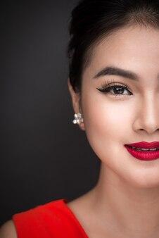 完璧なメイクと赤い唇を持つ美しい女性アジアモデルの女性の肖像画