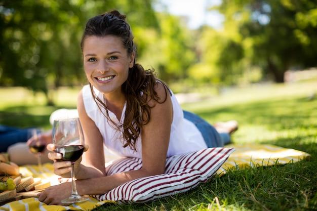 赤ワインのグラスを持つ美しい女性の肖像画
