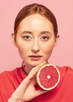 果物を持っている美しい女性の肖像画