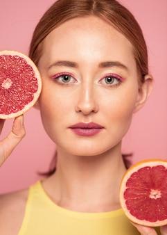 Портрет красивой женщины, держащей фрукты