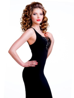 곱슬 머리와 검은 드레스에서 아름 다운 여자의 초상화-흰색 배경에 고립