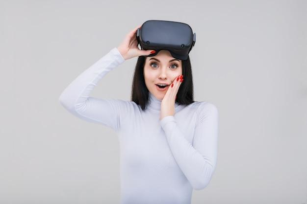 Портрет красивой женщины в очках виртуальной реальности