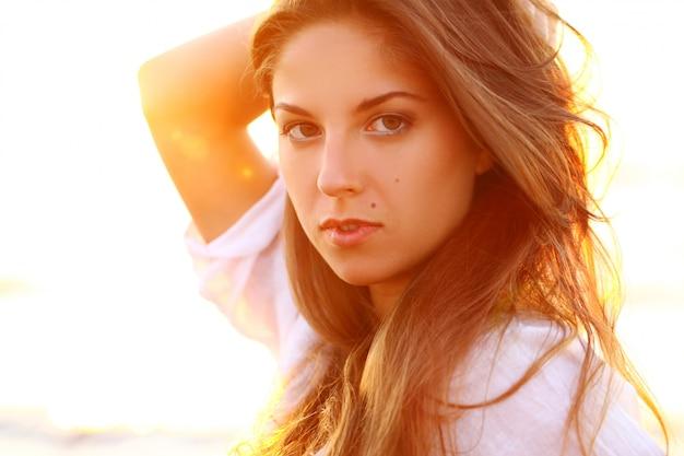 Портрет красивой женщины в свете заката