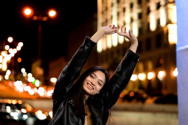 밤에 도시에서 아름 다운 여자의 초상화