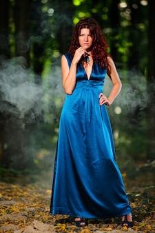 長いドレスを着て森の美しい女性の肖像画