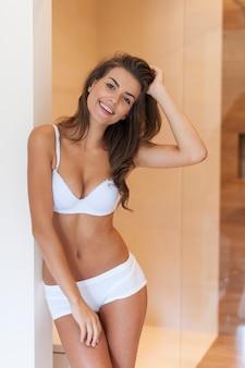 Портрет красивой женщины в нижнем белье дома