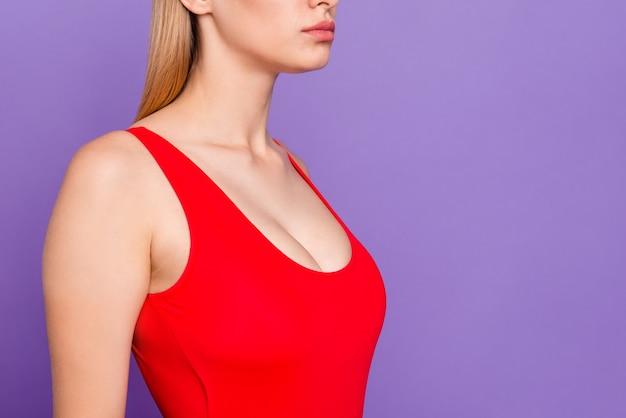 Портрет красивой женщины, одетой в яркую одежду на фиолетовом