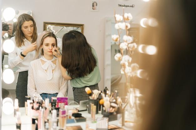 실내 촬영을 준비하는 아름다운 여성 모델의 초상화
