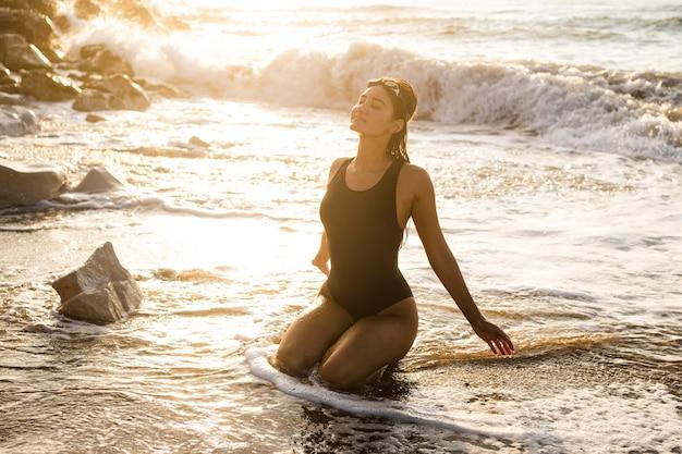 ビーチでポーズをとって美しい女性の肖像画