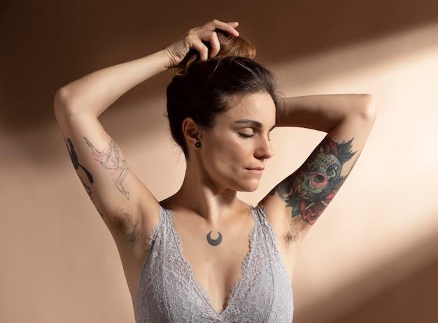 彼女のブラジャーでポーズをとって美しい女性の肖像画