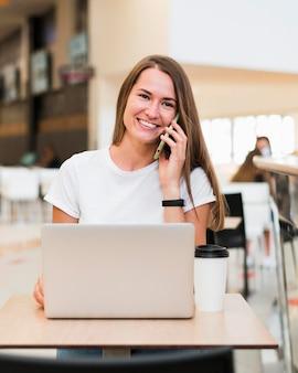 Портрет красивой женщины разговаривает по телефону