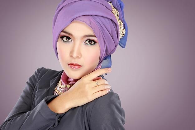 Портрет красивой женщины в хиджабе