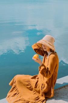 麦わら帽子をかぶった美しい女性の肖像画夏を楽しんでいるロマンチックな女の子のクローズアップの顔