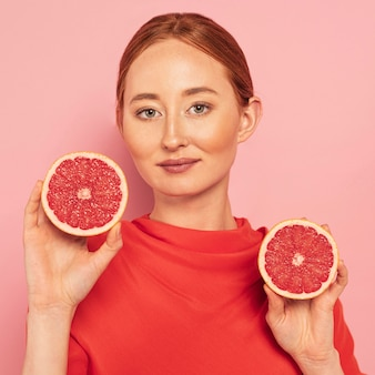 Портрет красивой женщины с цитрусовыми