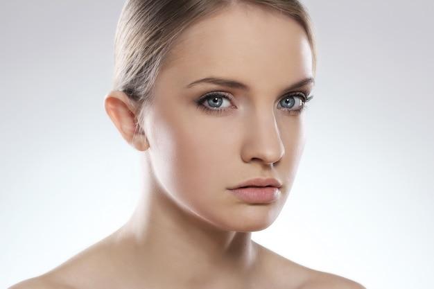 깨끗 한 얼굴을 가진 아름 다운 여자의 초상화
