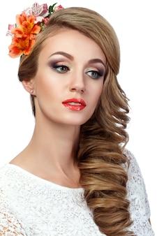 彼女の髪に花を持つ美しい女性の肖像画