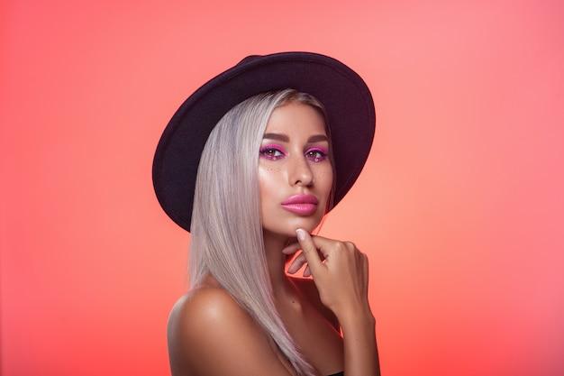 Портрет красивой женщины в шляпе