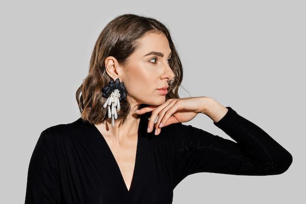 프로필에 큰 귀걸이와 아름 다운 여자의 초상화
