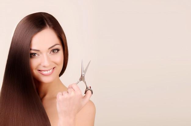 Портрет красивой женщины с длинными волосами.