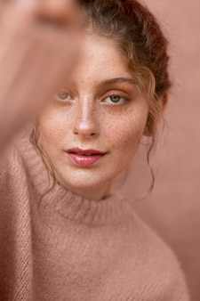 ピンクのセーターと美しい女性の肖像画