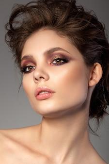 낭만적 인 빨간색과 금색 스모키 눈 화장과 아름 다운 여자의 초상화
