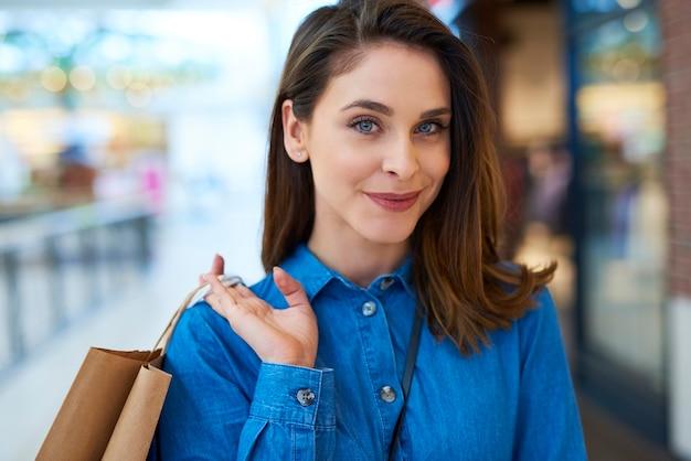 ショッピングバッグを持つ美しい女性の肖像画